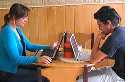 Mark & Magda faire certains travaux dans la cafétéria, au cours d'une pause dans leurs cours d'espagnol