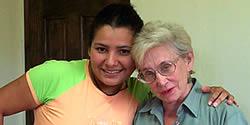 Nancy Parsly avec son professeur Lorena Pitt, actuel directeur d'école, dans un des couloirs de l'école
